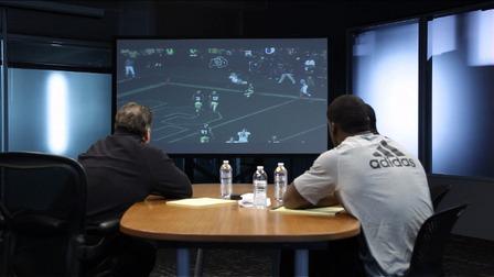 Jugador revisa sus jugadas con su entrenador