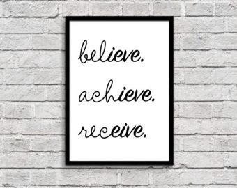 """palabras """"cree consigue y recibe"""" enmarcadas y en un cuadro en la pared"""
