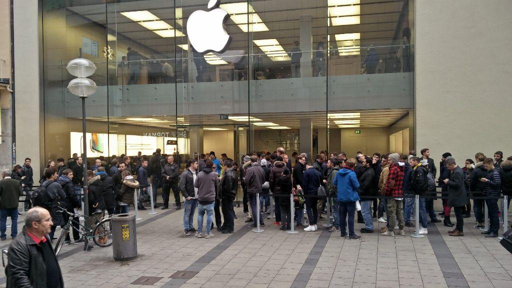La fila fuera de la tienda de Apple en Munich es impresionante.